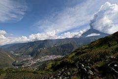 Erupção de um vulcão fotografia de stock