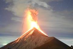A erupção de Volcano Fuego com protagoniza na Guatemala, capturada da parte superior do Acatenango foto de stock