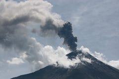 Erupção de Vulcano em Equador Fotografia de Stock