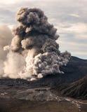 A erupção do vulcão de Bromo Imagem de Stock