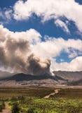 A erupção do vulcão de Bromo Imagens de Stock Royalty Free