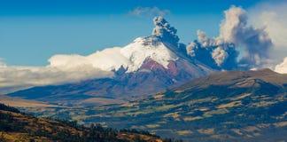 Erupção do vulcão de Cotopaxi em Equador, sul foto de stock