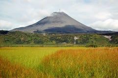 Erupção do vulcão de Karimskiy em Kamchatka fotografia de stock royalty free