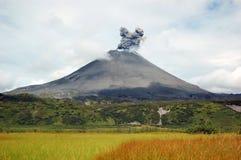 Erupção do vulcão de Karimskiy em Kamchatka imagens de stock