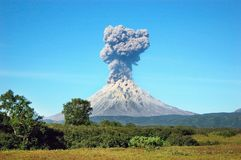 Erupção do vulcão de Karimskiy em Kamchatka fotos de stock royalty free