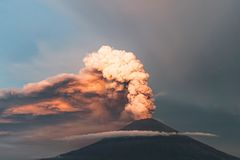 erupción Clubs del humo y de la ceniza en la atmósfera imagenes de archivo