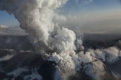 erupción de la mañana en el volcán fotos de archivo