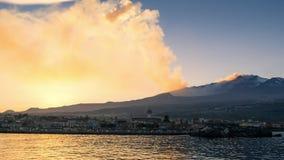 Erupción del Etna vista del mar almacen de video