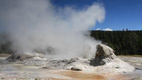 Erupción del géiser de la gruta