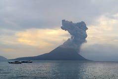 Erupción del volcán. Anak Krakatau Foto de archivo
