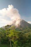 Erupción del volcán de Arenal Foto de archivo libre de regalías