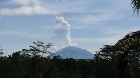 Erupción del volcán de Bali almacen de video