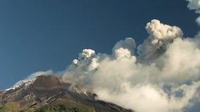 Erupción del volcán de Tungurahua almacen de video