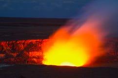 Erupción del volcán en la isla grande Hawaii del parque nacional de los volcanes de Hawaii Foto de la noche imagen de archivo
