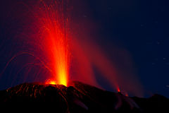 Erupción del volcán activo Fotografía de archivo