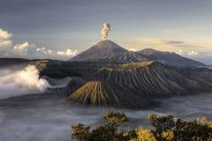 Erupción del volcán de Bromo del montaje Imagen de archivo