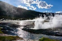 Erupcja faleza gejzer, Czarny piaska basen, Yellowstone obywatel zdjęcia royalty free