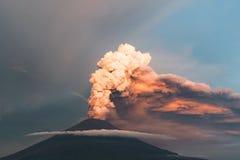 eruption Club di fumo e della cenere nell'atmosfera fotografie stock libere da diritti