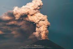 eruption Club di fumo e della cenere nell'atmosfera immagini stock libere da diritti