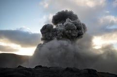 Eruption der Montierung Yasur am Sonnenuntergang Lizenzfreie Stockfotografie