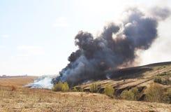 Eruption, Schaden - brennend und schwelend, Rauch und Feuer stockfotos