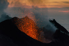 Eruption von Stromboli bei Sonnenuntergang stockbilder
