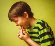 Eruttare di vomito di avvelenamento dell'adolescente del ragazzo del bambino del bambino, immagini stock