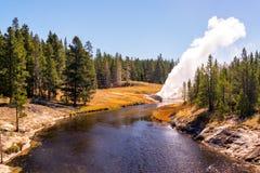 Eruzione del geyser della riva del fiume Immagini Stock