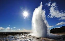 Eruzione del geyser di Strokkur con l'esplosione solare Immagine Stock Libera da Diritti