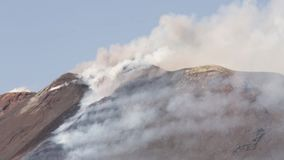 Eruzione di Volcano Etna - esplosione e flusso di lava video d archivio