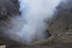 Eruzione di Volcano Step Cratere Mount Bromo, Java Indonesia orientale immagine stock