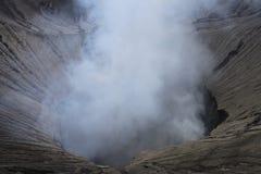 Eruzione di Volcano Step Cratere Mount Bromo, Java Indonesia orientale fotografia stock libera da diritti