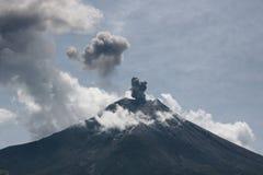 Eruzione di Vulcano nell'Ecuador immagine stock