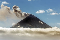eruzione Esplosivo-effusiva del vulcano di Klyuchevskoy su Kamchatka immagini stock