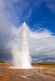 Eruzione islandese famosa e più grande del geyser Fotografia Stock