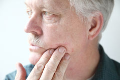 Eruzione Itchy sul fronte dell'uomo Fotografie Stock Libere da Diritti