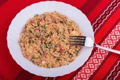 Erva-benta mish do prato vegetal búlgaro tradicional com pimentas, os tomates, queijo, a cebola e os ovos mexidos cozidos mistura Foto de Stock