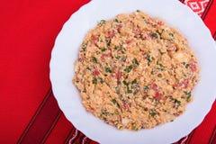 Erva-benta mish do prato vegetal búlgaro tradicional com pimentas, os tomates, queijo, a cebola e os ovos mexidos cozidos mistura Fotos de Stock Royalty Free