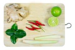 Erva e ingredientes picantes para fazer o alimento tailandês no backgrou de madeira foto de stock
