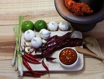 Erva e picante asiáticos com pimentão, alho, pasta do caril, e cal sobre Foto de Stock