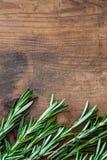 Erva em um fundo de madeira, copyspace dos alecrins Placa fresca dos alecrins Vista superior imagens de stock