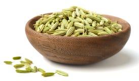Erva secada, sementes de erva-doce na placa de madeira, isolada no branco foto de stock