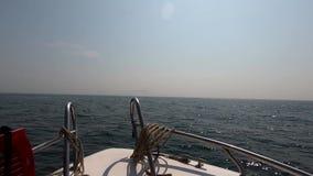Ervaar de motorboot die golven over het overzees draait stock video