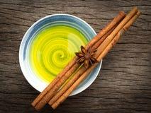 Erval fresco dos cuidados médicos alternativos e uma bacia médica do aroma Fotografia de Stock Royalty Free