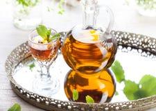 Erval, licor caseiro da hortelã Espírito fortes tradicionais do russo Fotografia de Stock Royalty Free