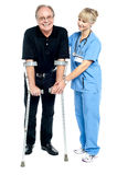 Ervaren arts die haar patiënt bijstaan in terugwinningsproces Royalty-vrije Stock Foto's