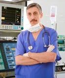 Ervaren arts in ICU royalty-vrije stock fotografie