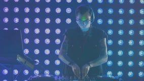 Ervaren DJ tijdens zijn werk bij een nachtclub stock video
