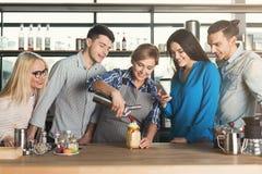 Ervaren het glimlachen barista die hoofdklasse geven stock afbeelding