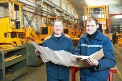 Ervaren industriële assembleursarbeiders stock afbeelding